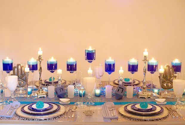 חנוכיה דקורטיבית לאורך כל מרכז השולחן