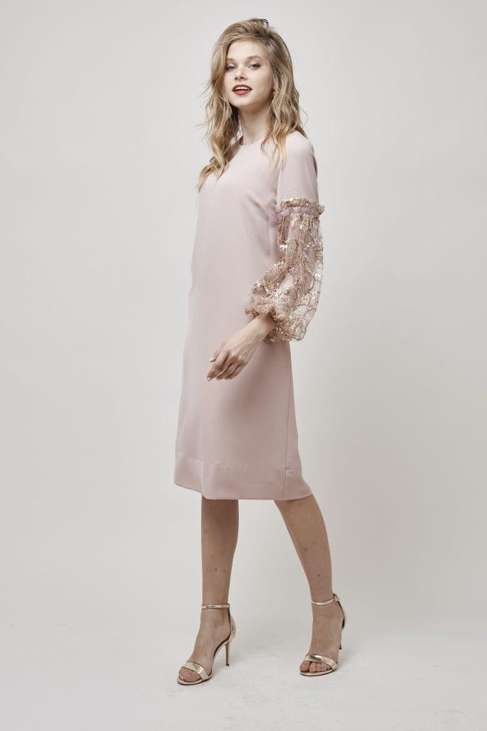 שמלה בגוון פודרה שתמיד קלאסי עם שרוולי נפח העשוים מבד פייטים הוספנו סנדלים זהובות של ספרינג ללוק וואו