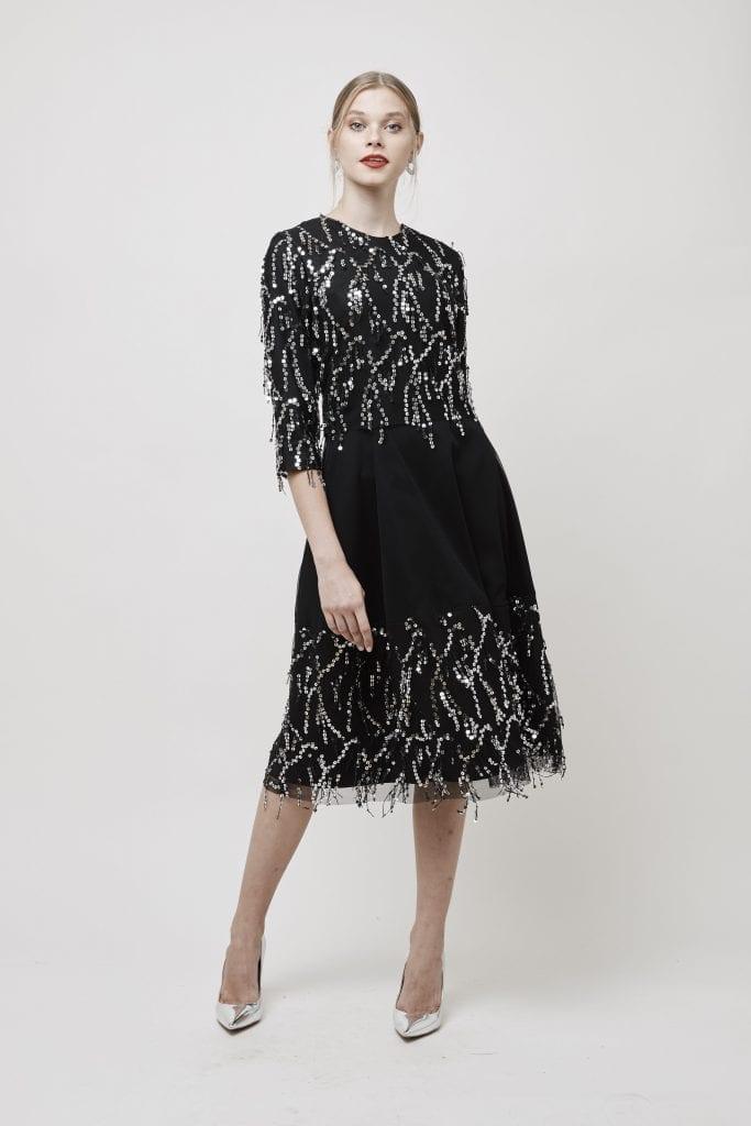 שמלת טול שחור עם שילוב של פייטים תלת מימד כסופים בשילוב נעעליים כוספות של אלדו