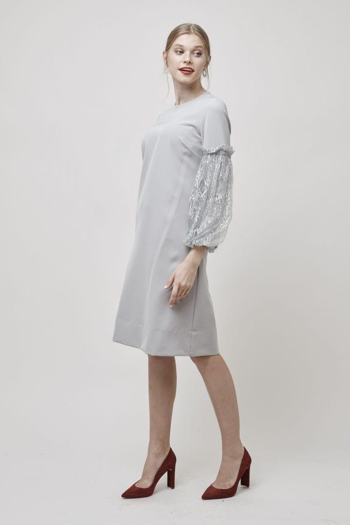 בחרנו להקפיץ את השמלה בגוון אפור עם נעלי בורדו מבד ג'אמס של ספרינג