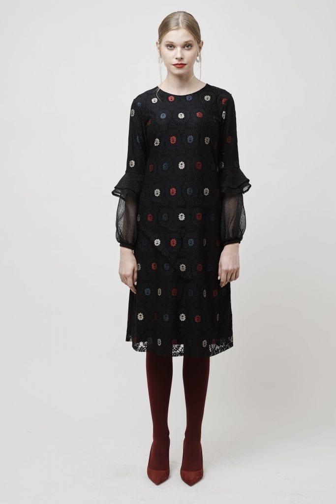 לשמלת פרחים הוספנו גרביון ונעליים של ספרינג בגוון בורדו ליצירת טוויסט